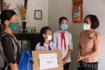 Đồng chí Phạm Thị Thanh Hương - Phó Chủ tịch Hội LHPN Hà Nội trao tặng máy tính xách tay và quà cho gia đình em Nguyễn Thị Phương Thúy  tại thôn Bình Xá, xã Bình Phú, huyện Thạch Thất
