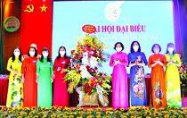 Đồng chí Lê Kim Anh - Thành ủy viên, Chủ tịch Hội LHPN Hà Nội cùng các đồng chí trong tổ công tác chỉ đạo Đại hội tặng hoa chúc mừng Đại hội tại thị xã Sơn Tây.